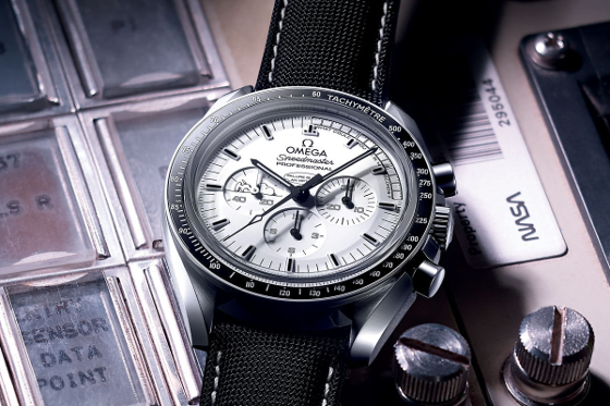 Omega-Speedmaster-Moonwatch-Professional-Silver-Snoopy-Award-Apollo-13-4