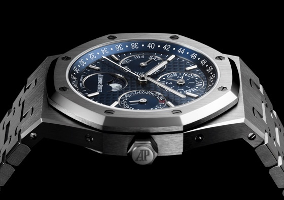 Replica-Audemars-Piguet-Royal-Oak-Perpetual-41mm-sideview-close