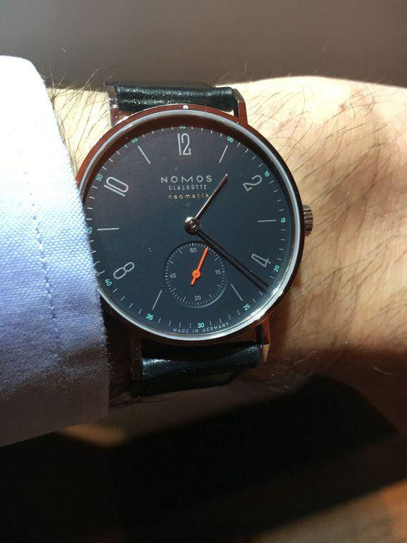 Nomos_nachtblau_wrist_1000